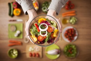Verão levanta alerta sobre importância da alimentação saudável e hidratação